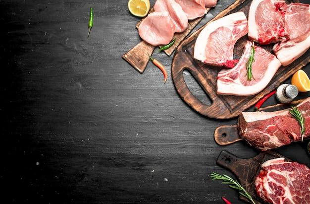 Verschiedene arten von rohem schweinefleisch und rindfleisch mit kräutern und gewürzen.