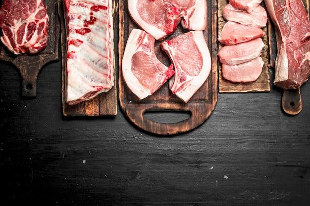 Verschiedene arten von rohem schweinefleisch und rindfleisch.