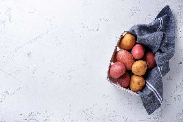 Verschiedene arten von rohen bio-kartoffeln