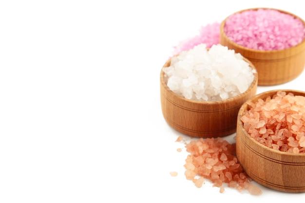 Verschiedene arten von salz auf weiß.