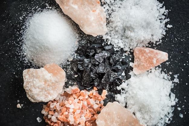 Verschiedene arten von salzen in löffeln