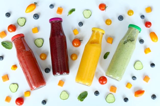 Verschiedene arten von smoothies oder säften in glasflaschen
