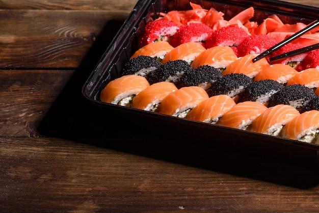 Verschiedene arten von sushi serviert. brötchen mit lachs, avocado, gurke. sushi-menü. japanisches essen.
