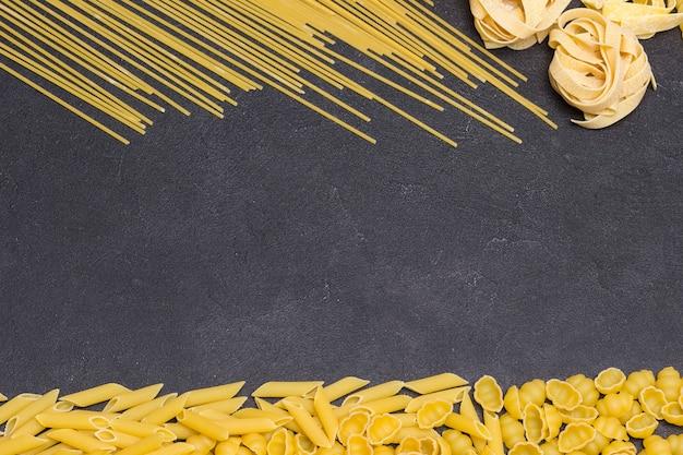 Verschiedene arten von trockenen italienischen nudeln. gesunde kohlenhydrate aus hartweizen. bio-lebensmittel.