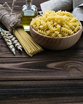 Verschiedene arten von ungekochten italienischen teigwaren