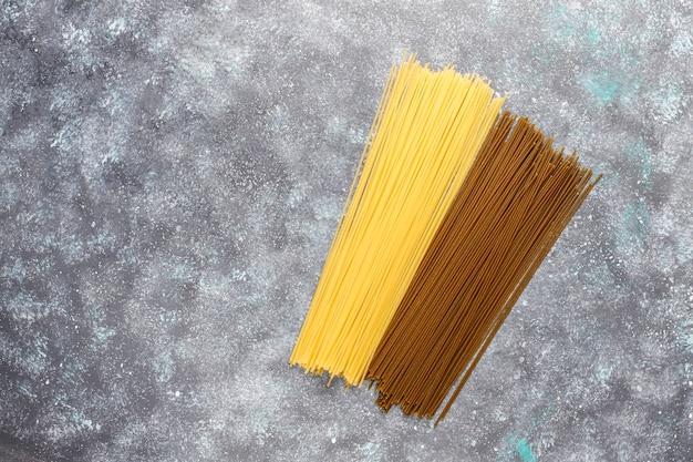 Verschiedene arten von ungekochten nudeln.