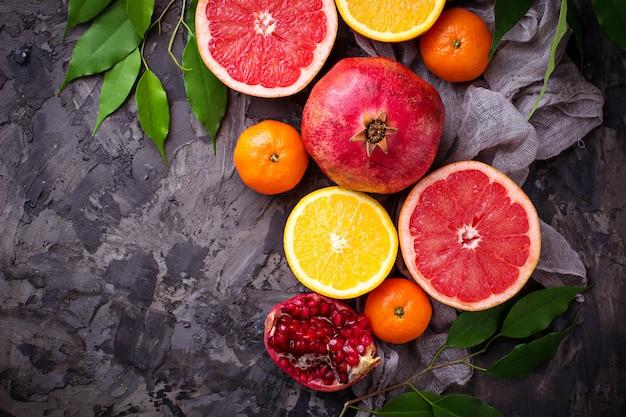 Verschiedene arten von zitrusfrüchten und granatapfel. selektiver fokus
