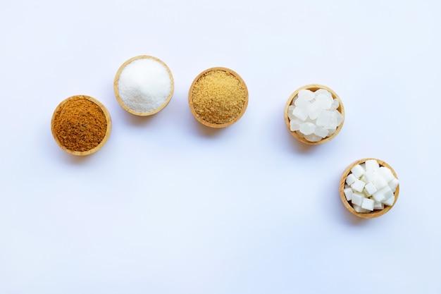 Verschiedene arten von zucker auf weiß.