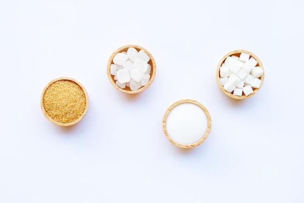 Verschiedene arten von zucker auf weißem hintergrund.