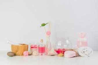 Verschiedene Badekurortprodukte auf weißer Tischplatte