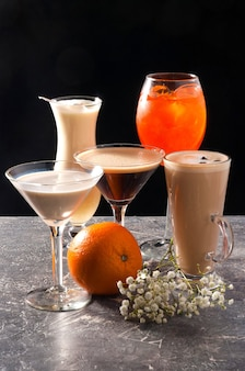 Verschiedene beliebte alkoholische cocktails auf einem schwarzen hintergrund