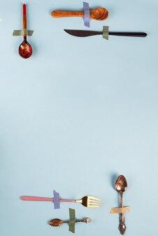 Verschiedene bestecksorten mit gabel, messer, löffel und chinesischen essstäbchen