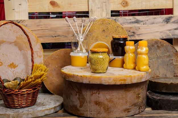Verschiedene bienenprodukte - honig, honig mit wachs und propolis. produkte des lebensunterhalts von bienen. wachs. zellen. honey.beekeeping.