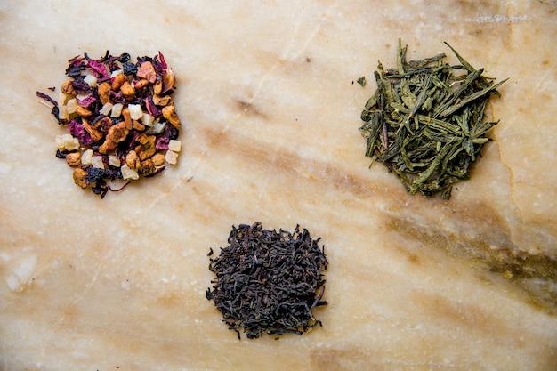 Verschiedene blattgrün-, früchte- und schwarztee.