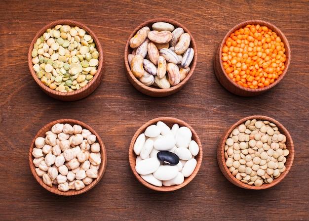 Verschiedene bohnensorten in holzschalen