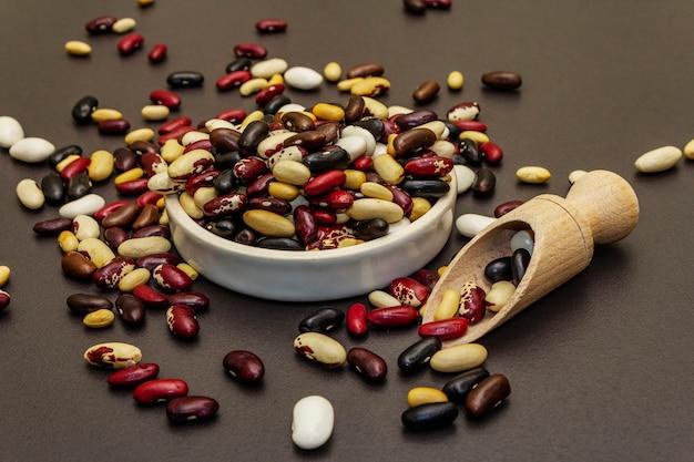 Verschiedene bohnensorten in keramikschale