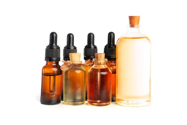 Verschiedene braunglasflaschen für kosmetika oder ätherische öle oder andere flüssigkeiten