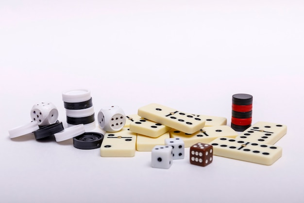 Verschiedene brettspiele schach, würfel und dominosteine auf weiß