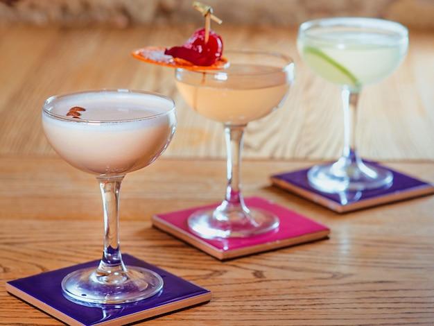 Verschiedene bunte alkoholische und alkoholfreie cocktails in den gläsern auf dem tisch