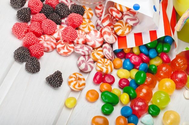 Verschiedene bunte bonbons aus paketen verschüttet