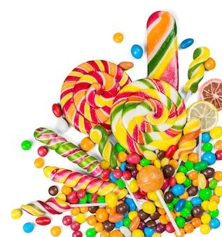 Verschiedene bunte bonbons isoliert auf weiss