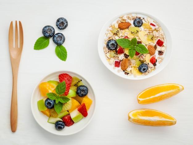 Verschiedene bunte frische früchte in der keramikschale.