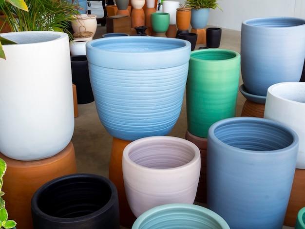 Verschiedene bunte keramik-blumentöpfe im shop. leerer geometrischer keramikpflanzer.