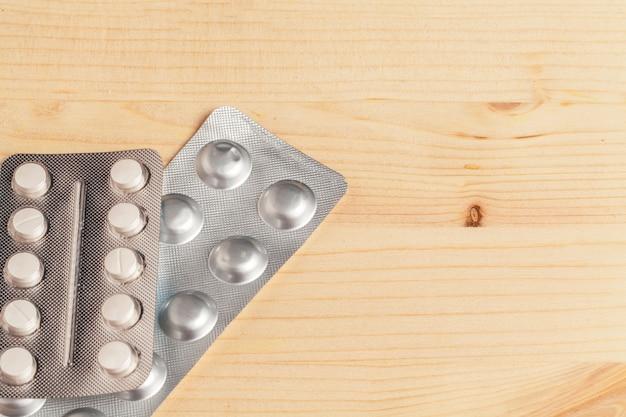 Verschiedene bunte pillen in plastikpackungen, blasen gestapelt