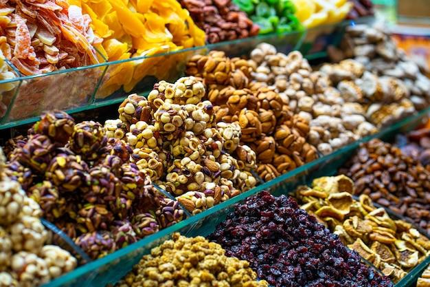 Verschiedene bunte türkische köstlichkeiten erfreuen süßigkeiten und getrocknete früchte
