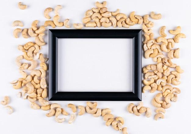 Verschiedene cashewnüsse mit schwarzem rahmen