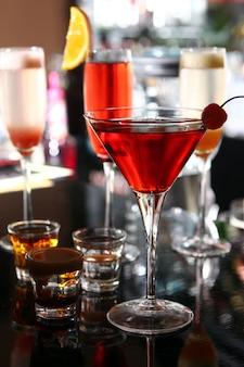 Verschiedene cocktails an der bar
