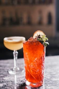 Verschiedene cocktails in einer bar
