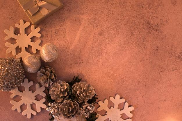 Verschiedene dekorative weihnachtsspielwaren