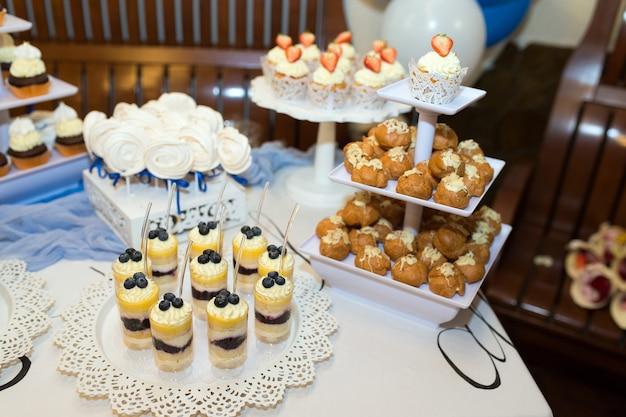 Verschiedene dekorierte süßigkeiten für eine hochzeitsfeier