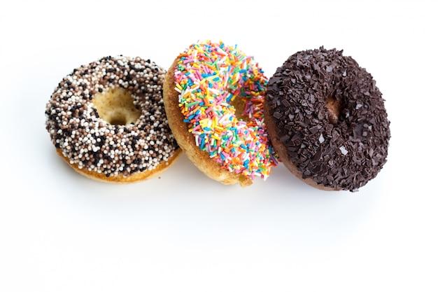 Verschiedene donuts auf weiß