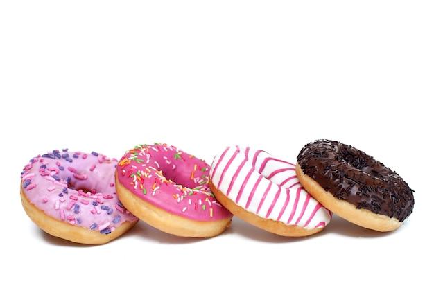 Verschiedene donuts auf weißem hintergrund