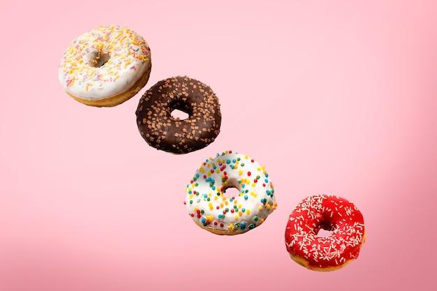 Verschiedene donuts, die in der luft fliegen, isoliert