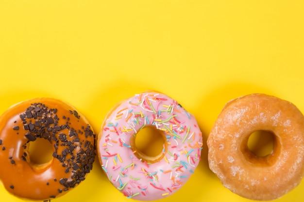 Verschiedene donuts mit zuckerguss und streuseln