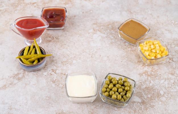 Verschiedene dressings und toppings auf marmoroberfläche