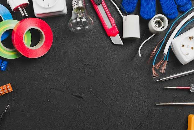 Verschiedene elektrische werkzeuge auf tabelle