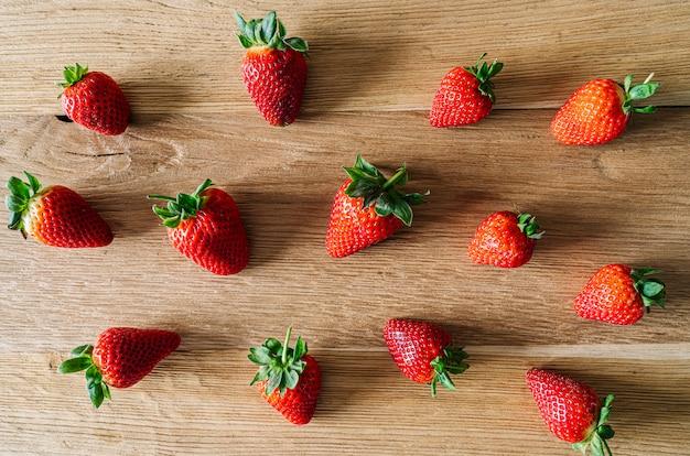 Verschiedene erdbeeren auf einem holztisch