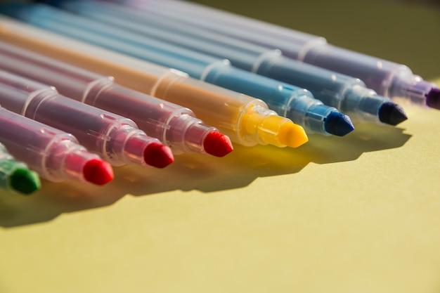 Verschiedene farben markierungsstifte auf weißem hintergrund