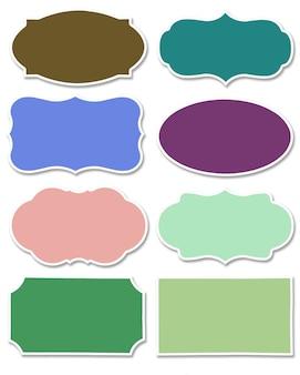 Verschiedene farben von tag und sprechblase mit unterschiedlicher form mit weißem rand isoliert auf weißem hintergrund. sammlung von mehrfarbigem etikett mit kopienraum.