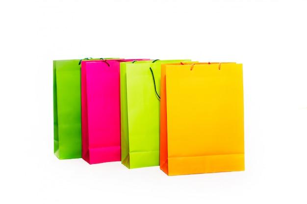 Verschiedene farbige einkaufstaschen, darunter gelb, orange, pink und grün