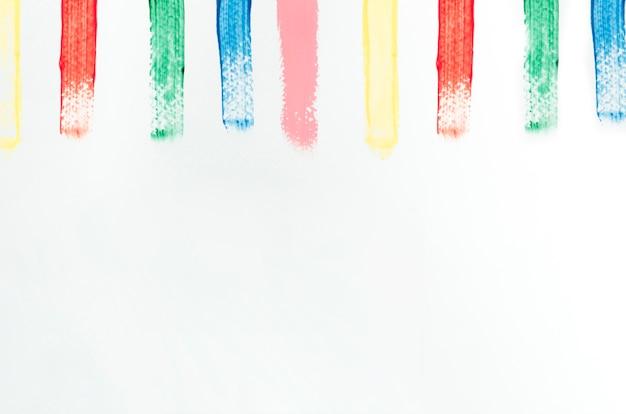 Verschiedene farbige striche auf weißer leinwand
