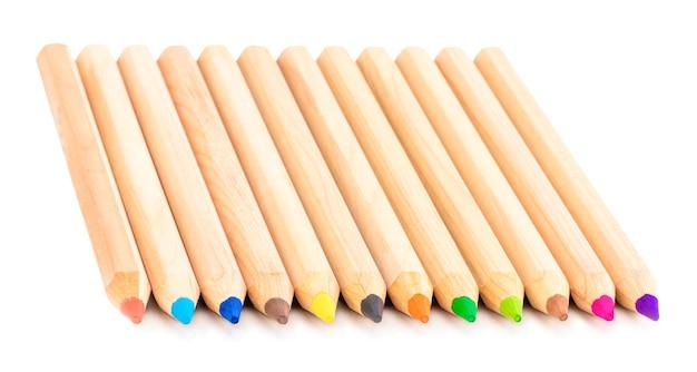 Verschiedene farbstifte, isoliert auf weißem hintergrund.