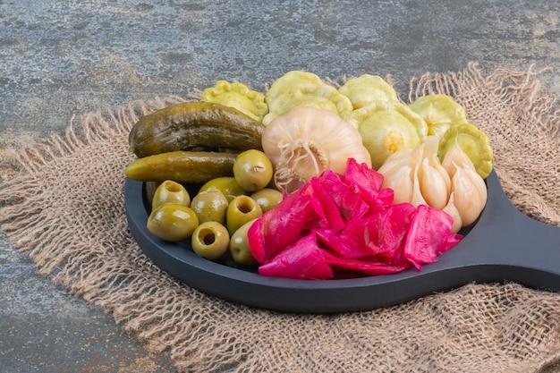Verschiedene fermentierte lebensmittel auf einer holzpfanne auf einer sackleinen, auf der mischung.