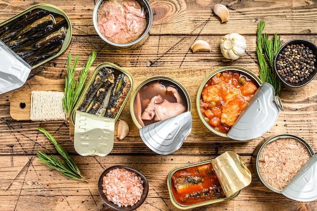 Verschiedene fischkonserven und meeresfrüchte in metalldosen