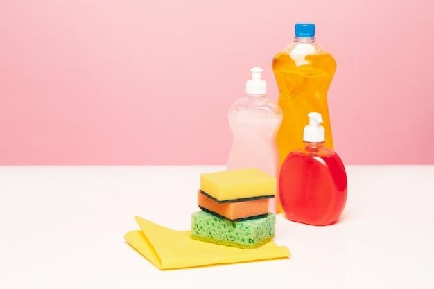 Verschiedene flaschen mit reinigungsmitteln