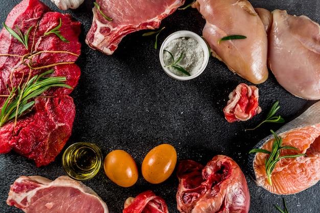 Verschiedene fleischsorten mit kräutern und öl